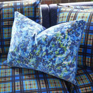 Designer pude Odisha Cobalt Velvet by Designers Guild